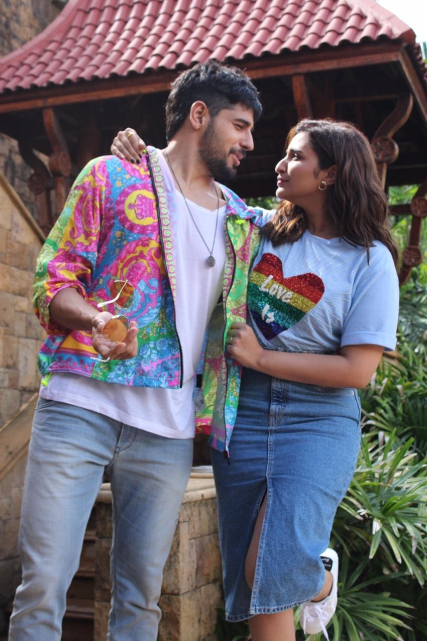 Sidharth Malhotra & Parineeti Chopra spotted promoting their film 'Jabariya Jodi' in Juhu Photos