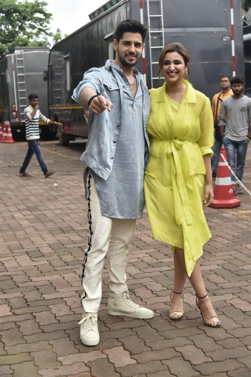 Sidharth Malhotra and Parineeti Chopra Promote 'Jabariya Jodi' on sets of Dance India Dance Photos