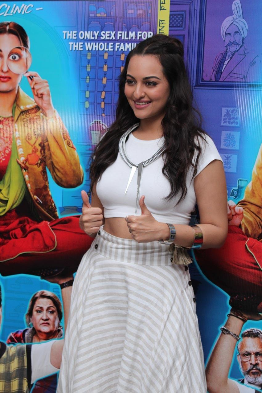 Sonakshi Sinha spotted promoting her film 'Khandaani Shafakhana' in Andheri Photos