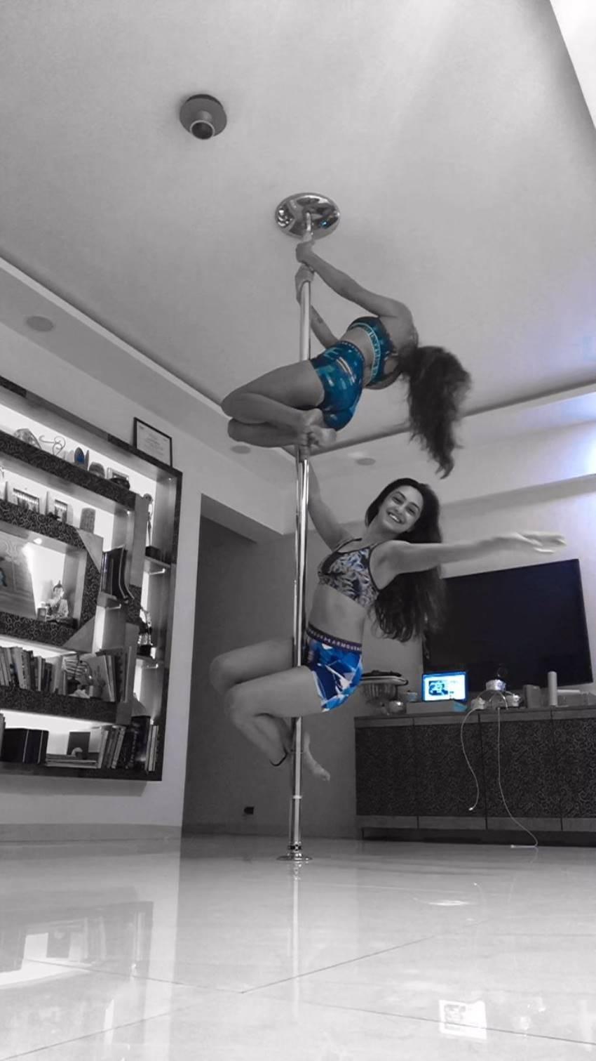 Television Actress Abigali Pande Topless Yoga Photos Goes Viral Photos