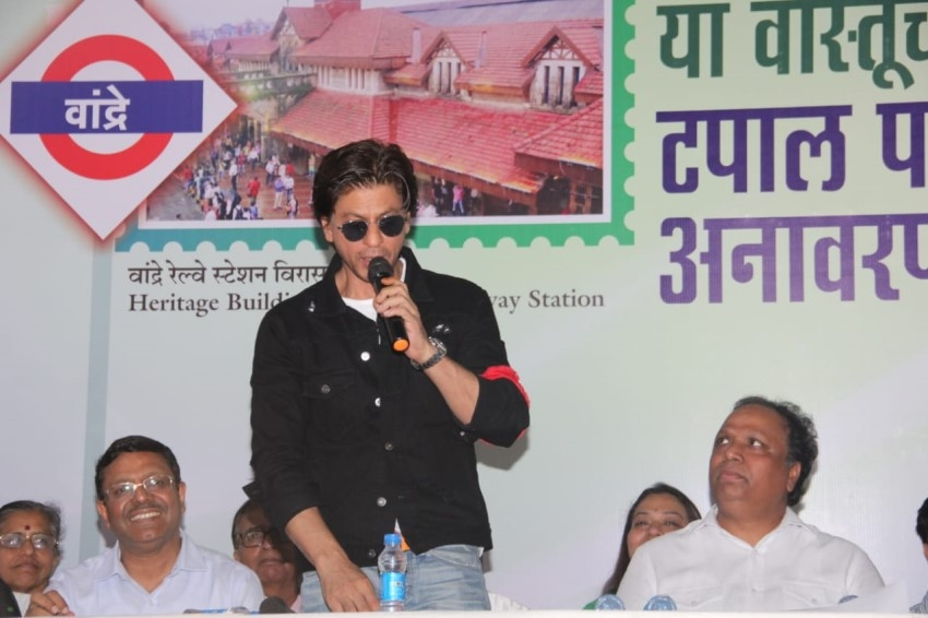 Shahrukh Khan at Bandra Railway Station for Postage Stamp Launch Photos