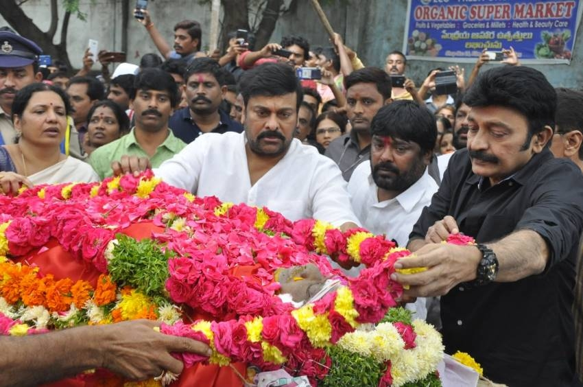 Celebs Pay Last Respect To Venu Madhav Photos