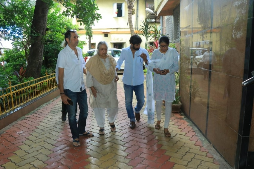 Celebs At Viju Khote's Funeral Photos