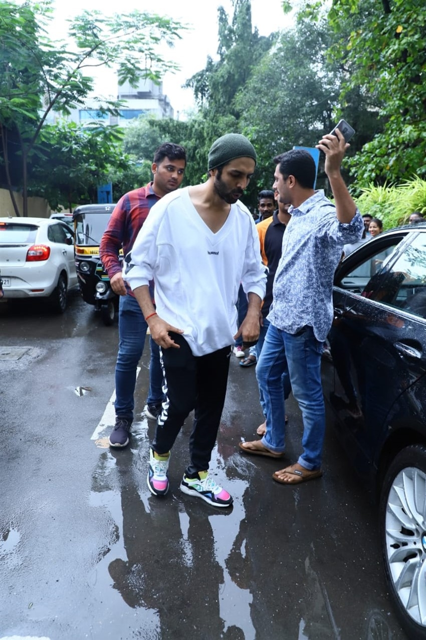 Kartik Aaryan & Ananya Pandey Snapped After Dance Rehearsals Photos