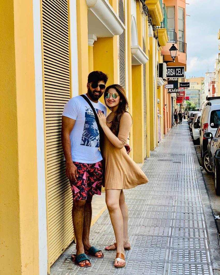 Romantic Moments of Arya And Sayyeshaa Photos