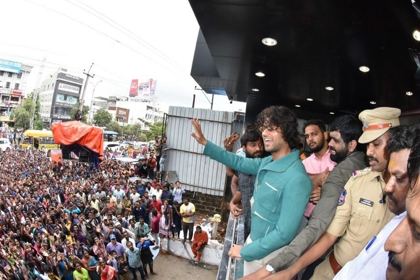 Vijay Deverakonda Inaugurated New Branch Of KLM Fashion Mall In Hyderabad Photos