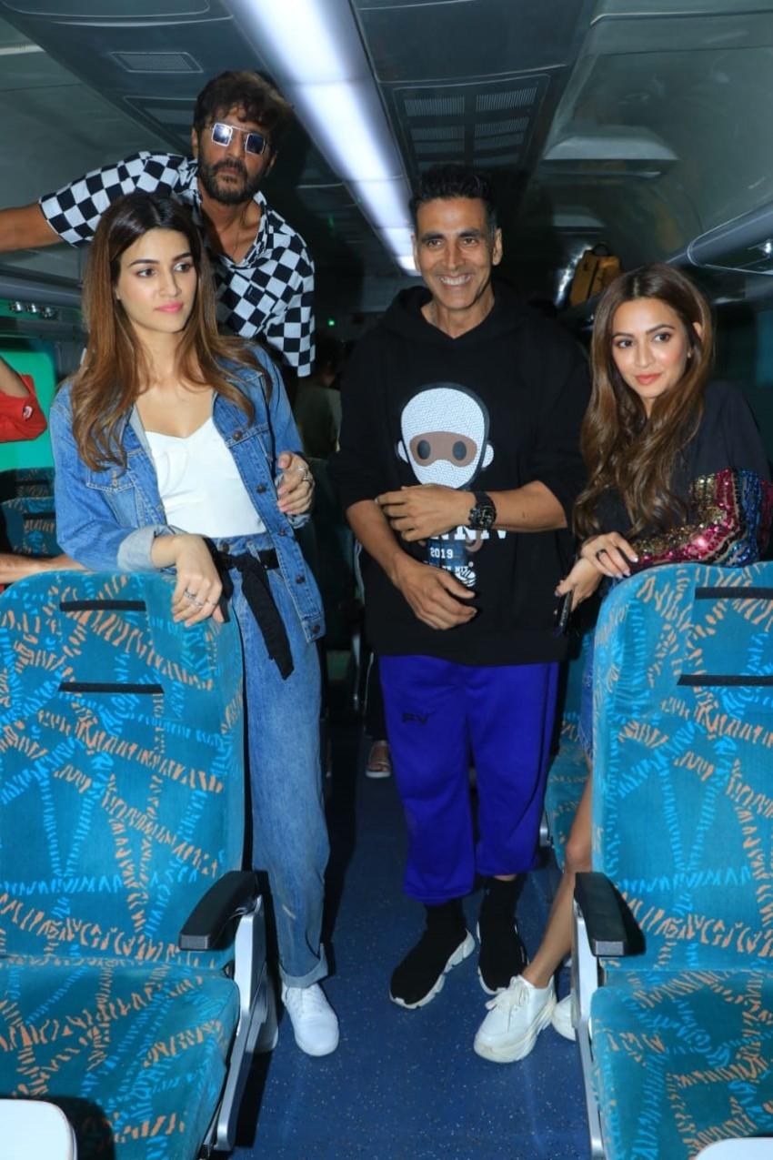 Akshay Kumar, Kriti Sanon, Pooja Hegde & others Promote 'Housefull 4' in Special Train Photos