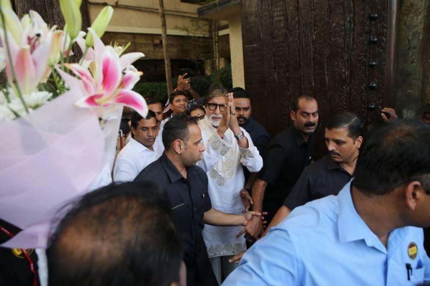 Legendary Actor Amitabh Bachchan Meets fans on his 77th Birthday Photos