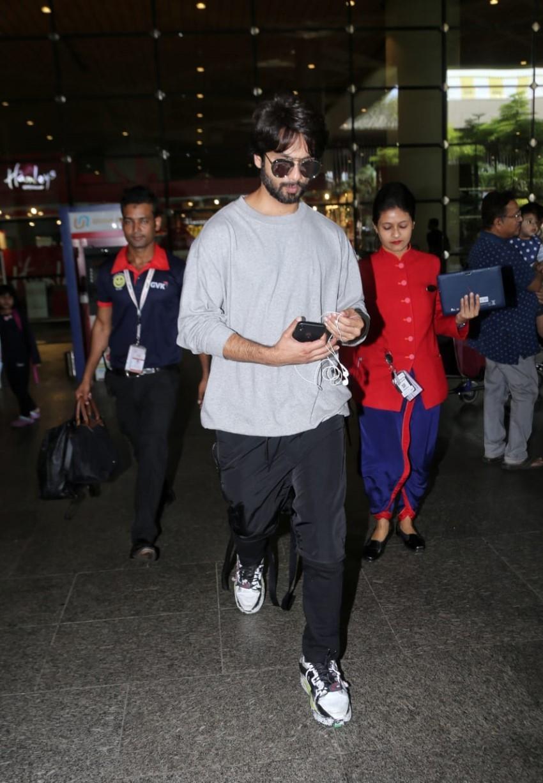 Shahid Kapoor & Mira Rajput snapped at Mumbai Airport Photos
