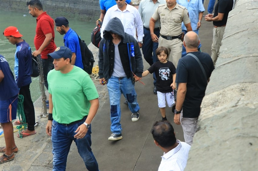 Shahrukh Khan, Gauri Khan, Pragya Kapoor & Abhishek Kapoor snapped at Gateway of India Photos