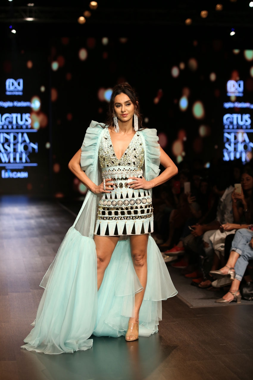 Shibani Dandekar Walks The Ramp At Lotus Fashion Week 2019 Photos
