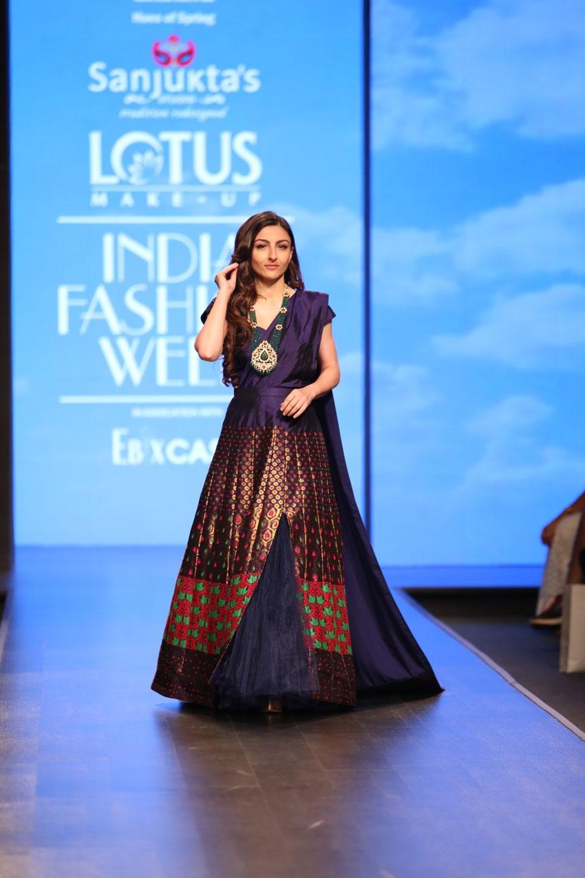 Soha Ali Khan Walks The Ramp At Lotus Fashion Week 2019 Photos