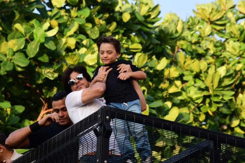 Fans Meet Shahrukh Khan On This Birthday At Mannat Photos
