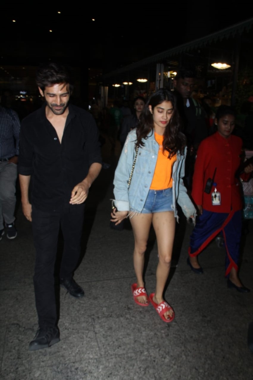 Kartik Aaryan & Janhvi Kapoor snapped at Mumbai Airport Photos