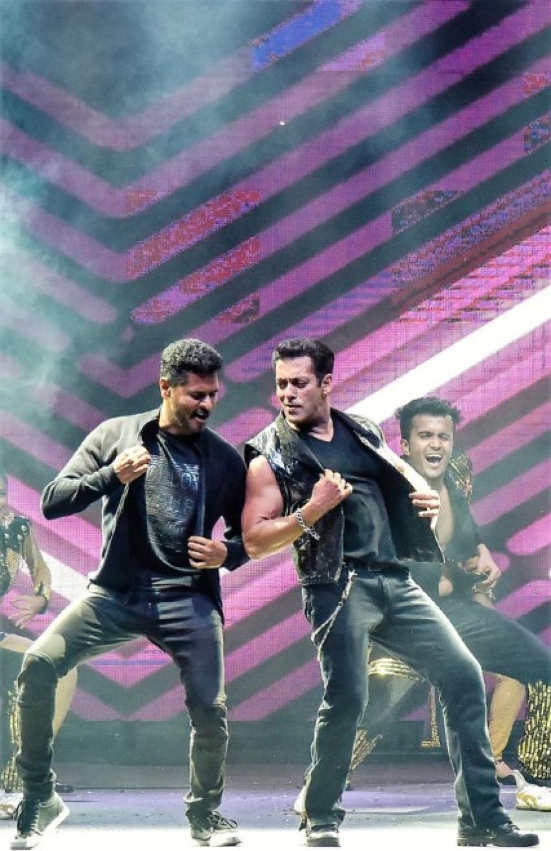 Show Stopper Performance by Salman Khan at Dabangg 3 Tour Photos