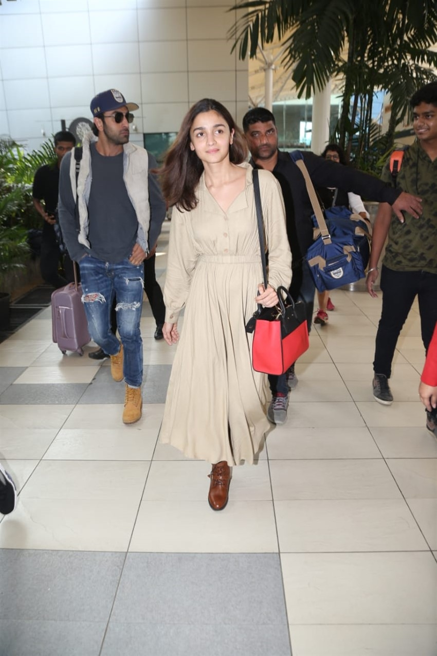 Ranbir Kapoor & Alia Bhatt snapped at Mumbai Airport Photos