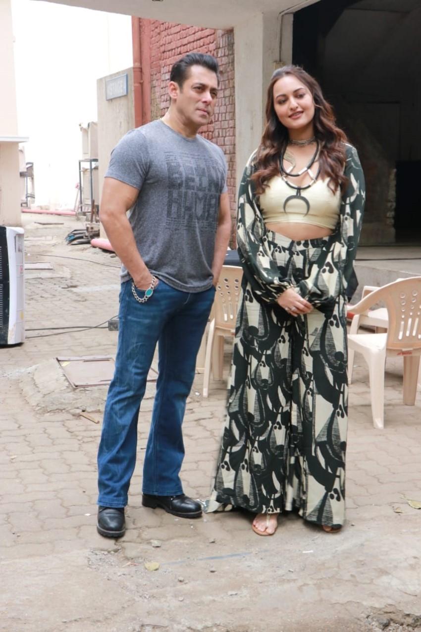 Salman Khan, Saiee Manjrekar & Sonakshi Sinha Snapped Promoting Film 'Dabangg 3'In Mumbai Photos