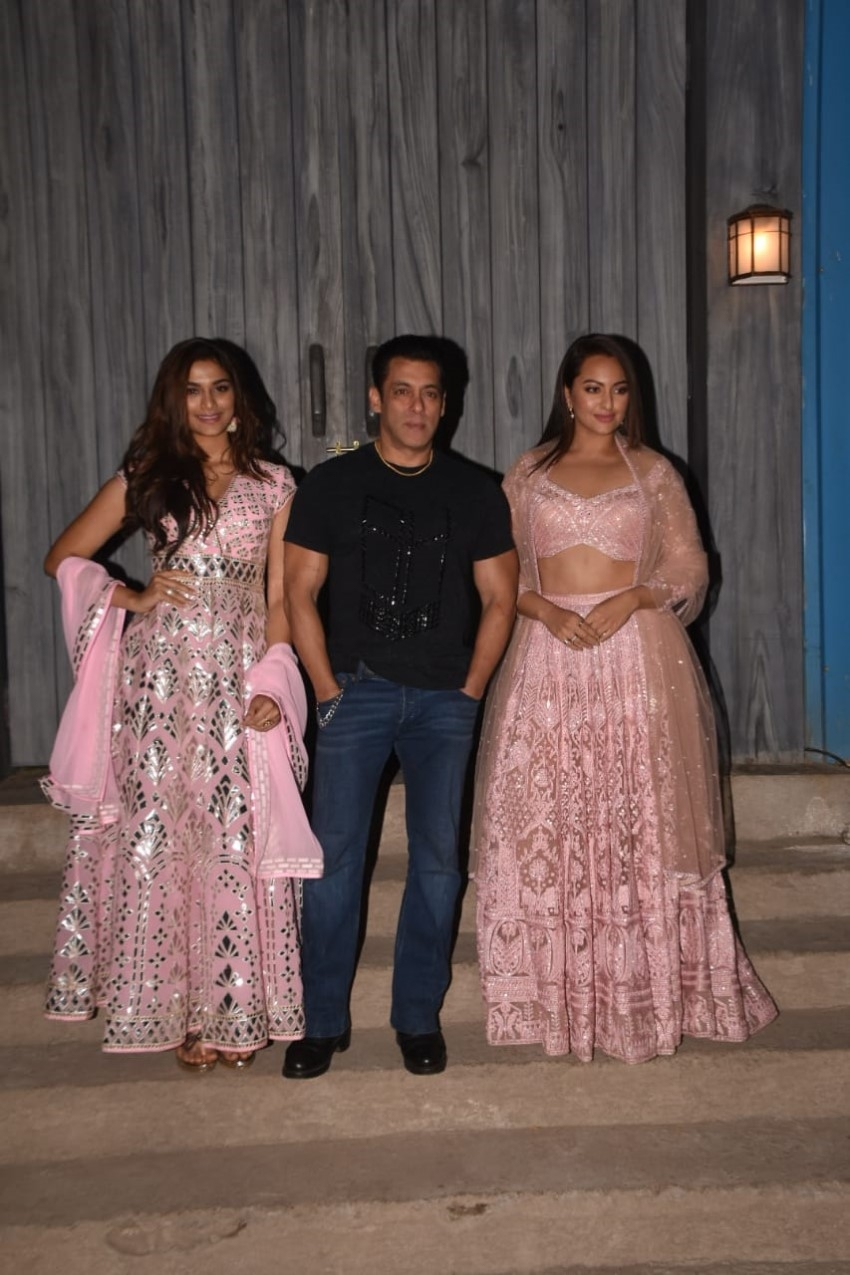 Salman Khan, Saiee Manjrekar & Sonakshi Sinha Snapped Promoting Their Film 'Dabangg 3'On The Sets Of Bigg Boss 13 Photos