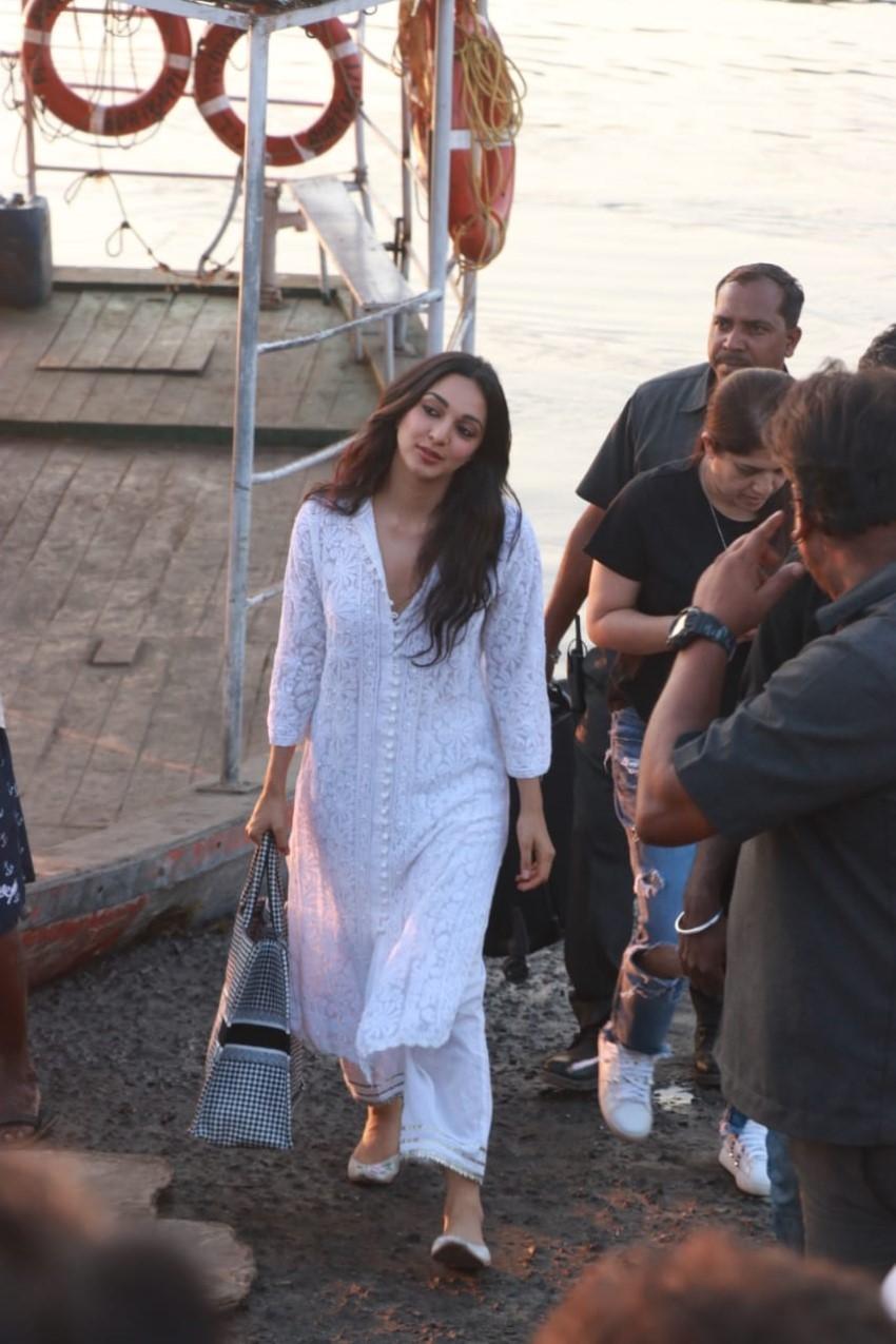 Akshay Kumar and Kiara Advani spotted at Versova Jetty Photos