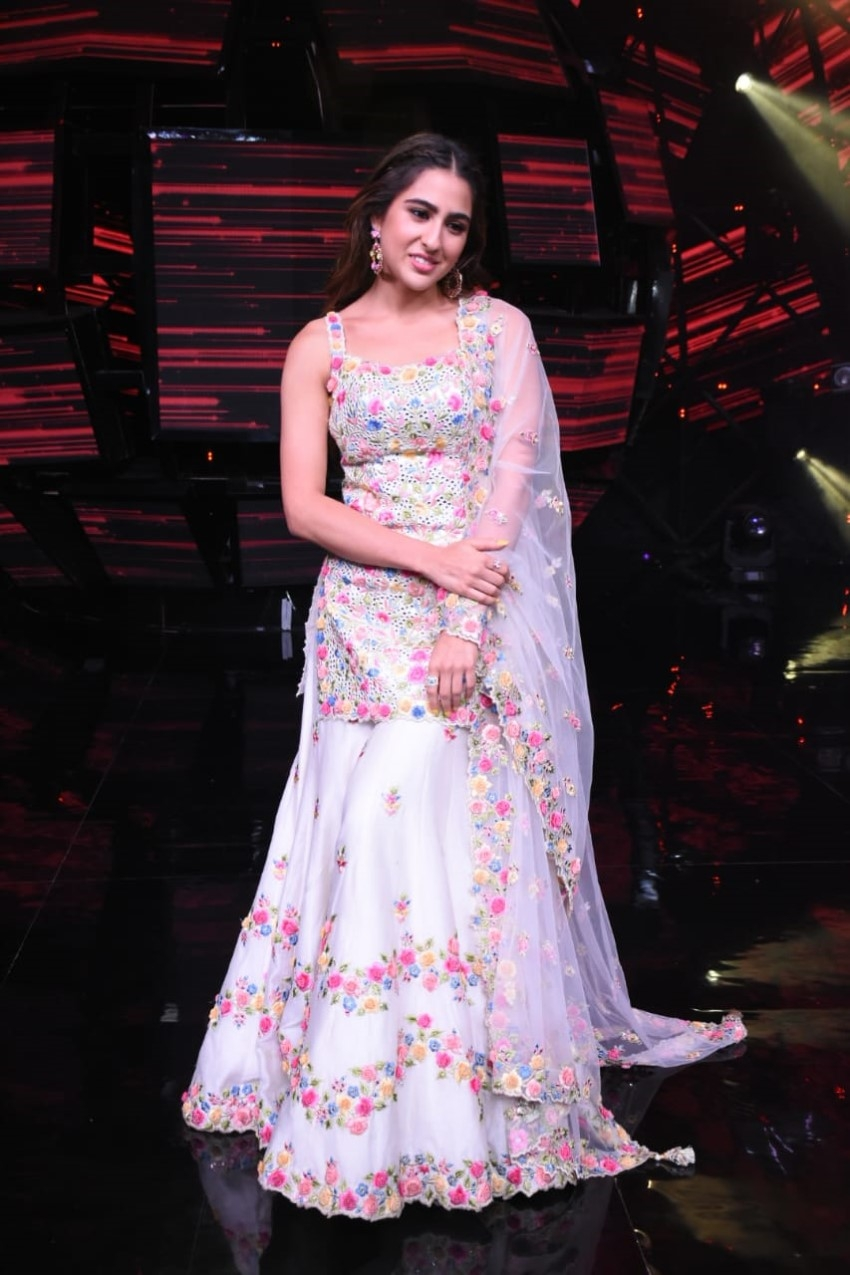 Sara Ali Khan & Kartik Aaryan snapped promoting 'Love Aaj Kal' on sets of Indian Idol 11 Photos