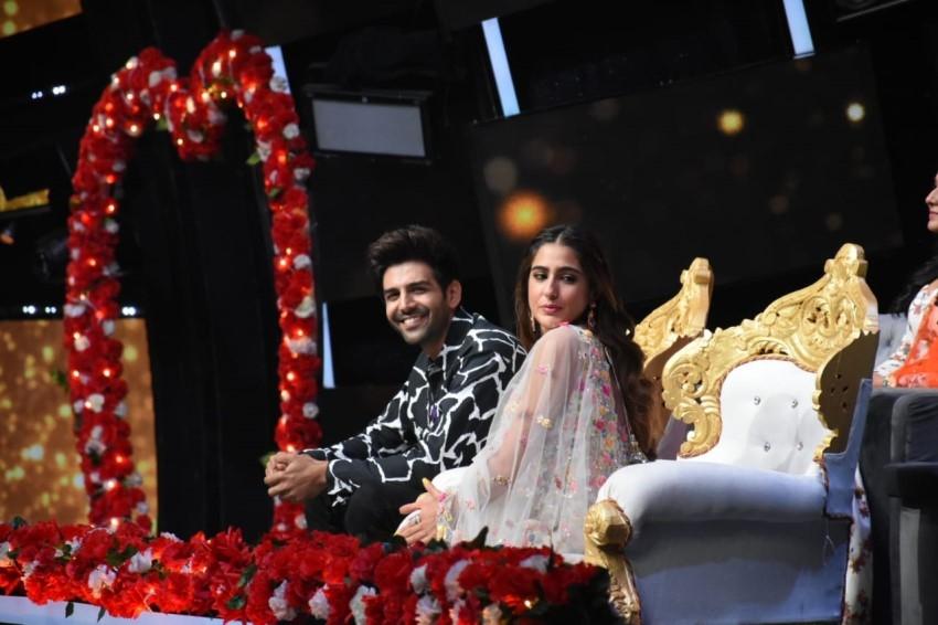 Sara Ali Khan & Kartik Aaryan snapped promoting 'Love Aaj Kal' on sets of Indian Idol 11 Photos