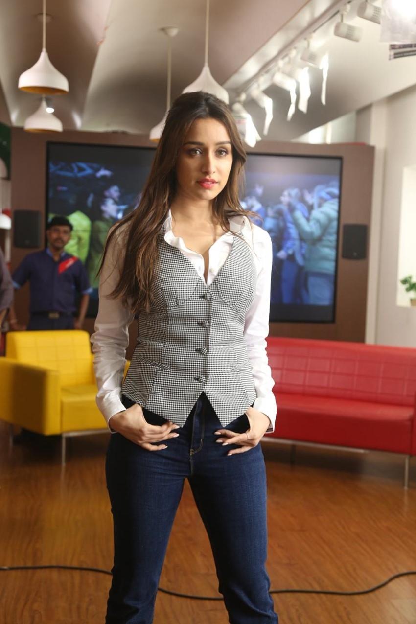 Varun Dhawan & Shraddha Kapoor snapped promoting 'Dancer 3D' at 98.3 FM Radio Mirchi office Photos