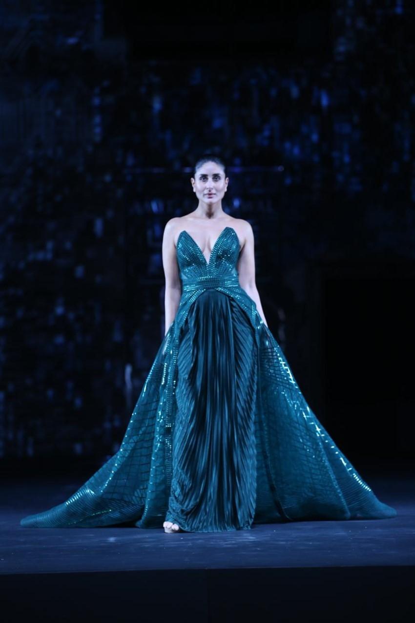 Kareena Kapoor Khan walks the Ramp at Grand Finale of Lakme Fashion Week 2020 Photos