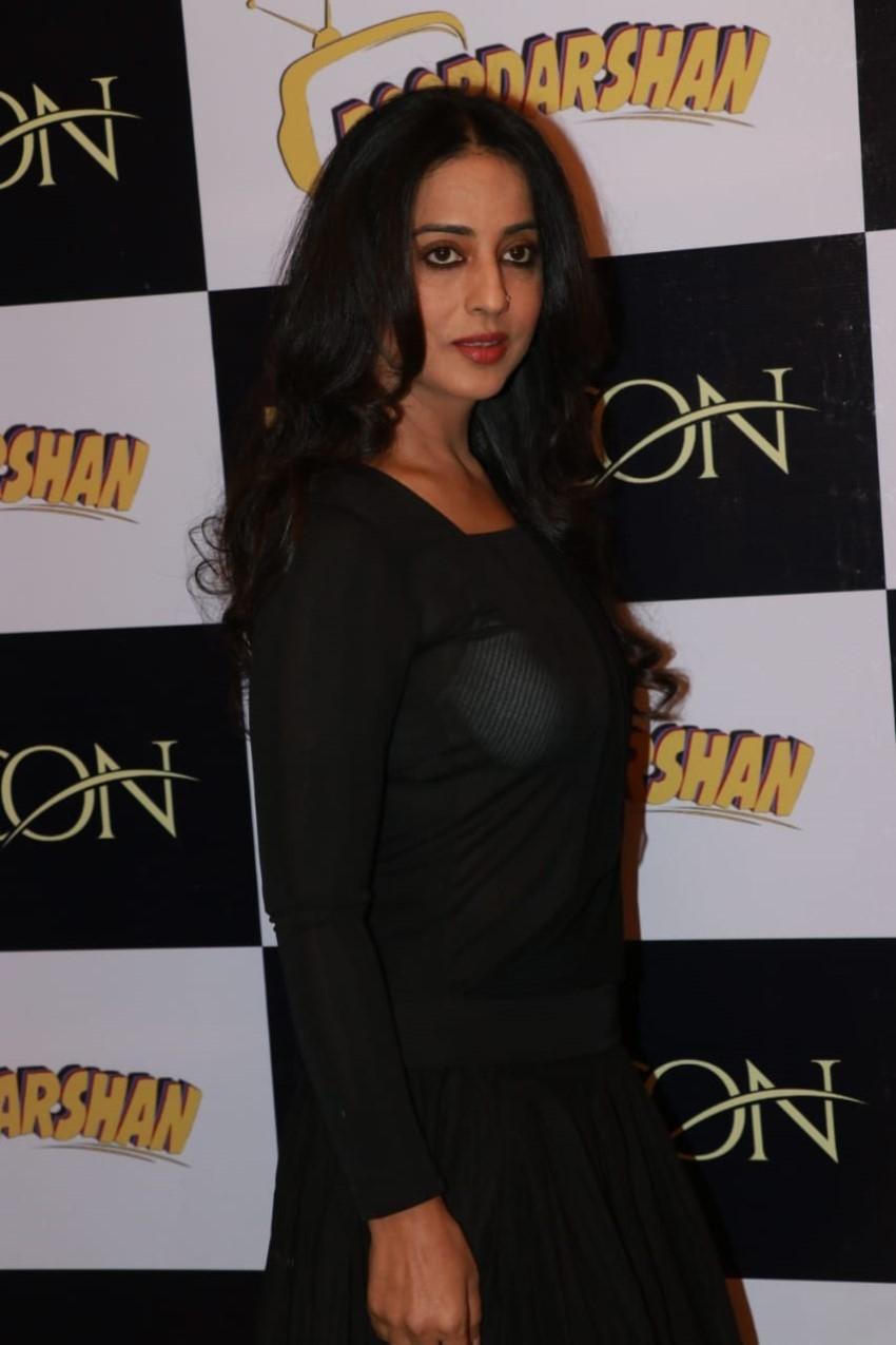 Mahie Gill & Manu Rishi Chadha snapped promoting their film Doordarshan in Mumbai Photos