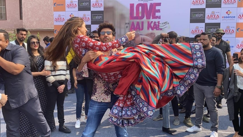 Sara Ali Khan & Kartik Aaryan snapped promoting 'Love Aaj Kal' at Arya College, Jaipur Photos