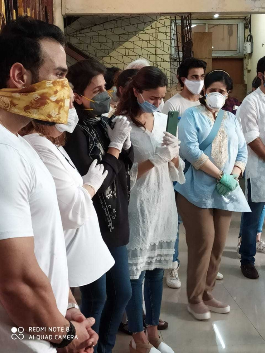 Funeral of Rishi Kapoor Photos