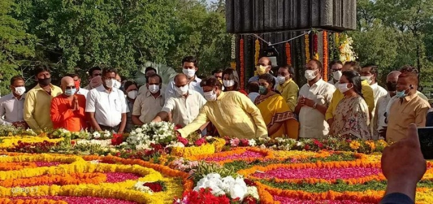 Balakrishna Pays Tribute to NTR on his Birth Anniversary Photos