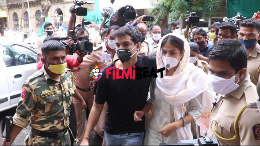 Rhea Chakraborty and Others reached Ed Office Mumbai On 10th August Photos