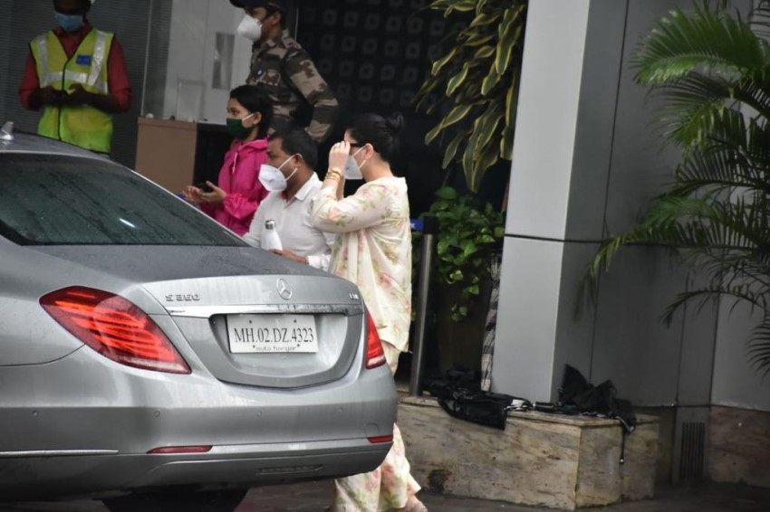 Kareena Kapoor, Taimur Ali Khan & Saif Ali Khan off to Delhi for the shoot of 'Laal Singh Chaddha' Photos