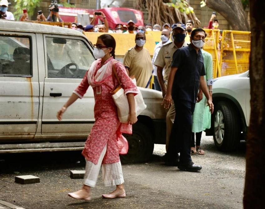Sara Ali Khan Arrives at NCB Office in Drug Related Case Photos