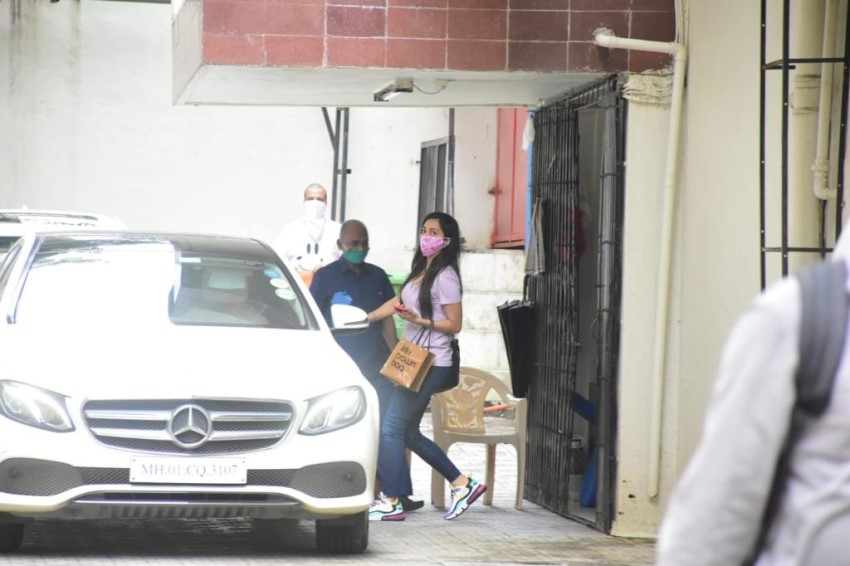 Varun Dhawan &  Kiara Advani Snapped at Dharma office Photos