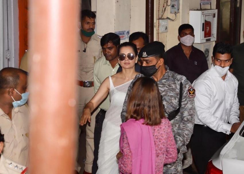 Kangana Ranaut snapped at Bandra Police Station Photos