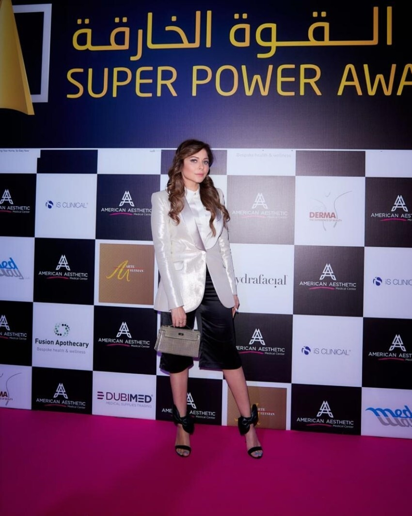 Kanika Kapoor wins Music Icon of the Year trophy at the Super Awards 2020 in Dubai Photos