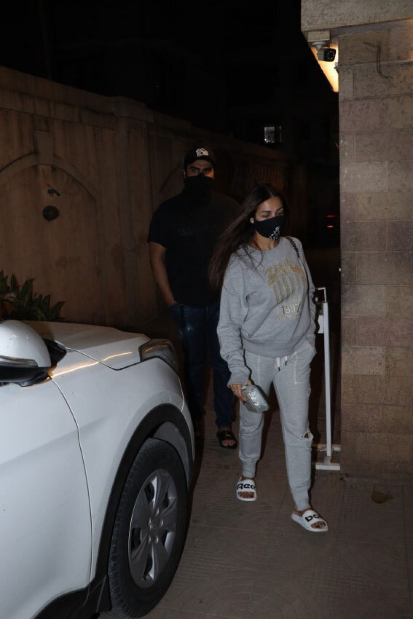 Malaika Arora & Arjun Kapoor spotted in Bandra Photos