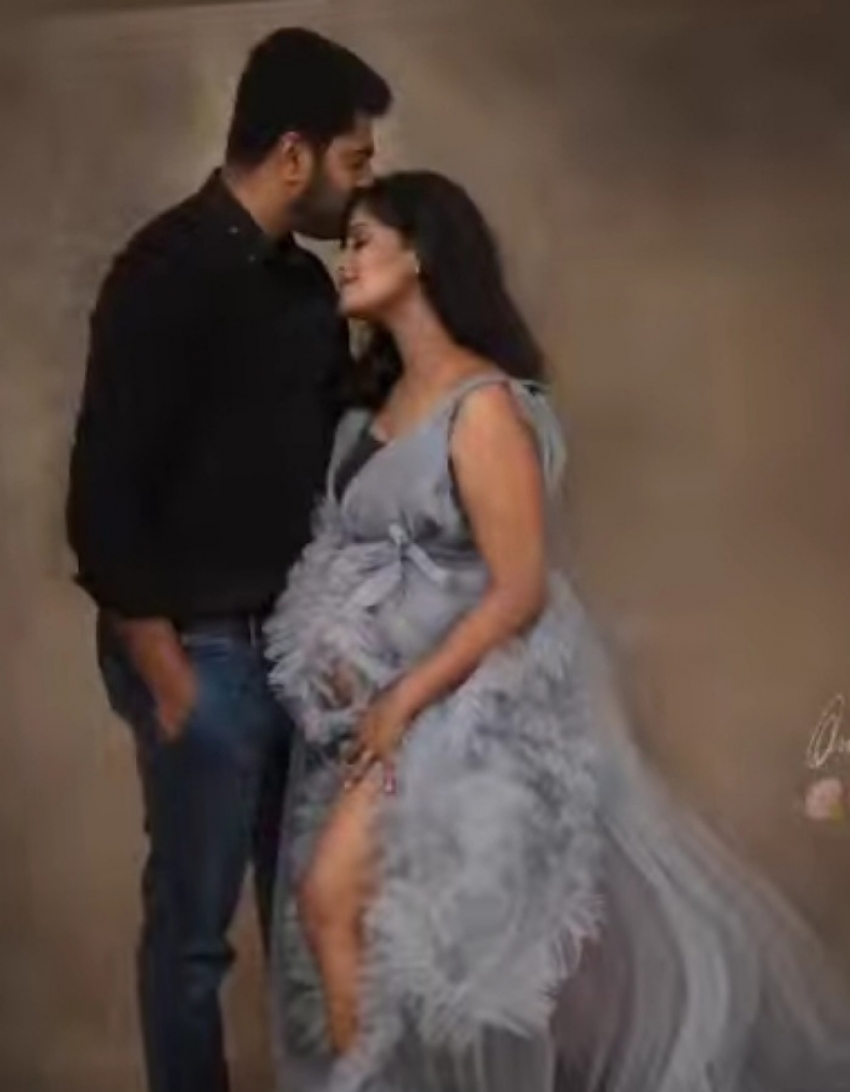 Celebs Who Love Flaunting Their Baby Bumps Photos