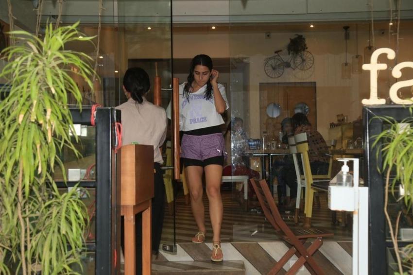 Sara Ali Khan Spotted in Mumbai Photos