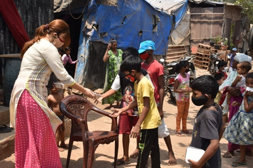 Payal Ghosh provides food to needy people in Versova, Mumbai Photos
