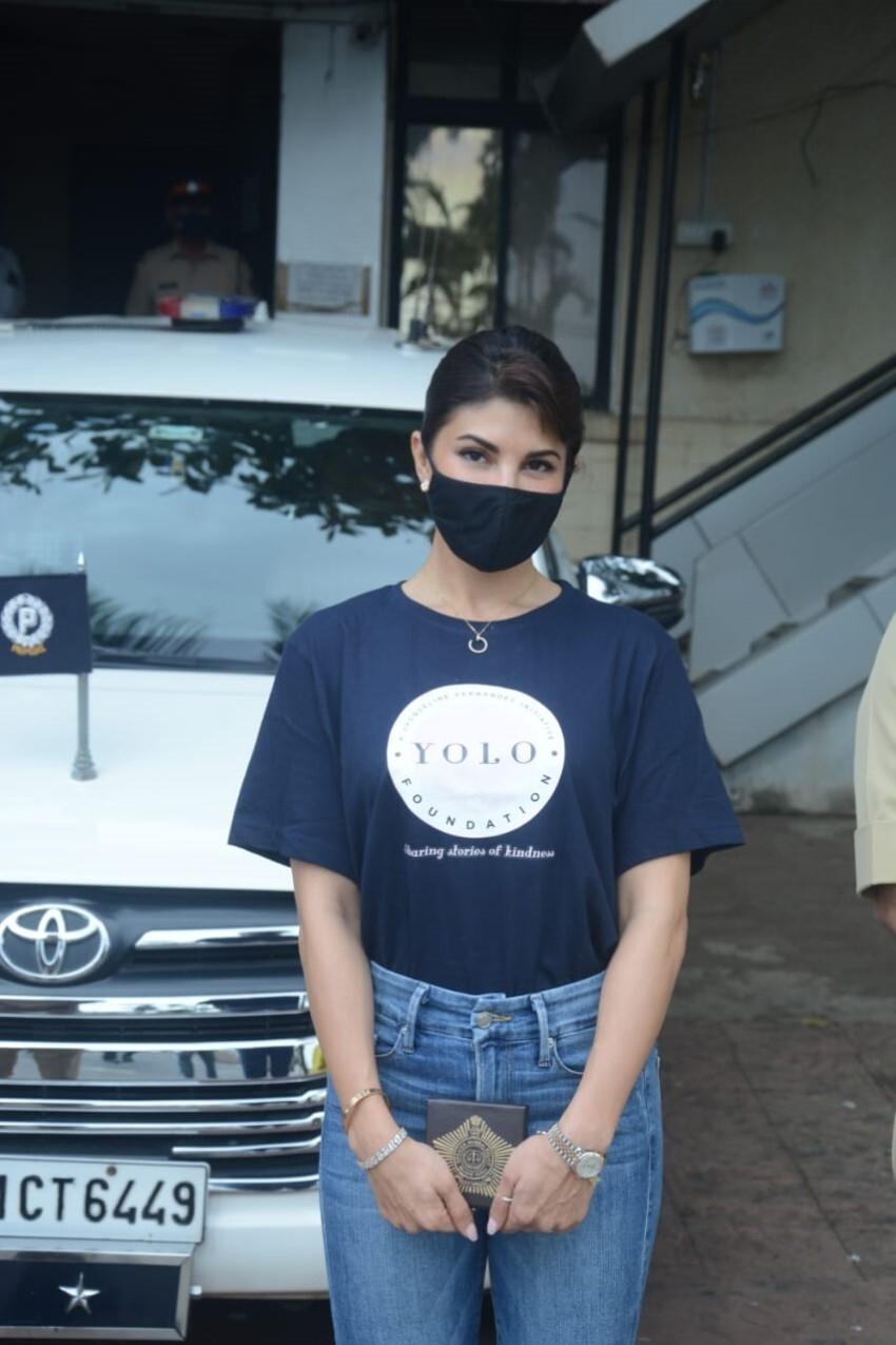 Jacqueline Fernandez Provided Rain Coats To Mumbai Police Photos
