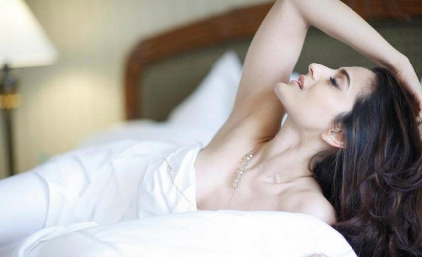 अमीषा पटेल की शॉर्ट ड्रेस में बोल्ड तस्वीरें