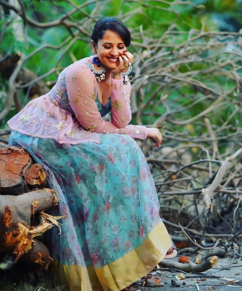 സാരി ലുക്കില് തിളങ്ങി നടി അനസൂയ ഭരദ്വാജ്, തെലുങ്ക് താരത്തിന്റെ ചിത്രങ്ങള് കാണാം