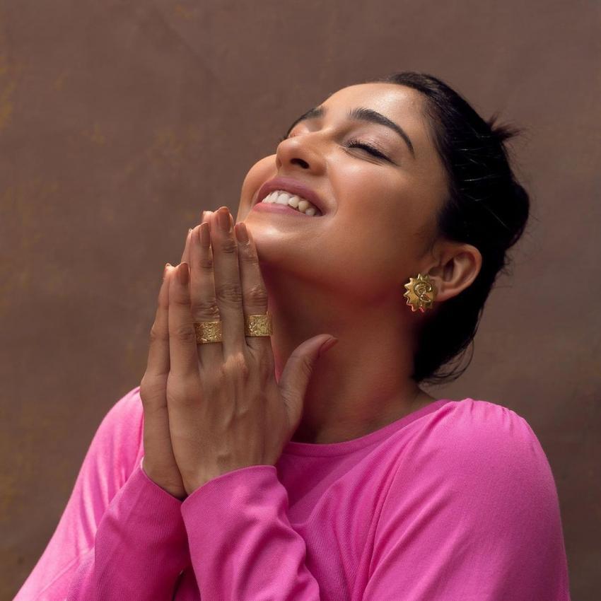 எம்புட்டு இருக்குது ஆசை.. ரெஜினா கசாண்ட்ராவின் ஹாட் அண்ட் க்யூட் போட்டோஸ்!