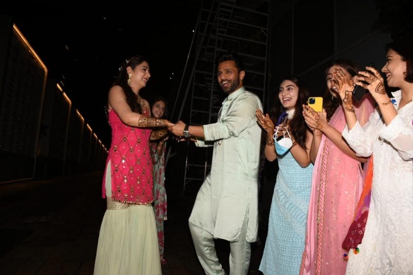 राहुल वैद्य दिशा परमार की शादी: मेहंदी की तस्वीरों में दिखा रोमांस, 10 फोटो