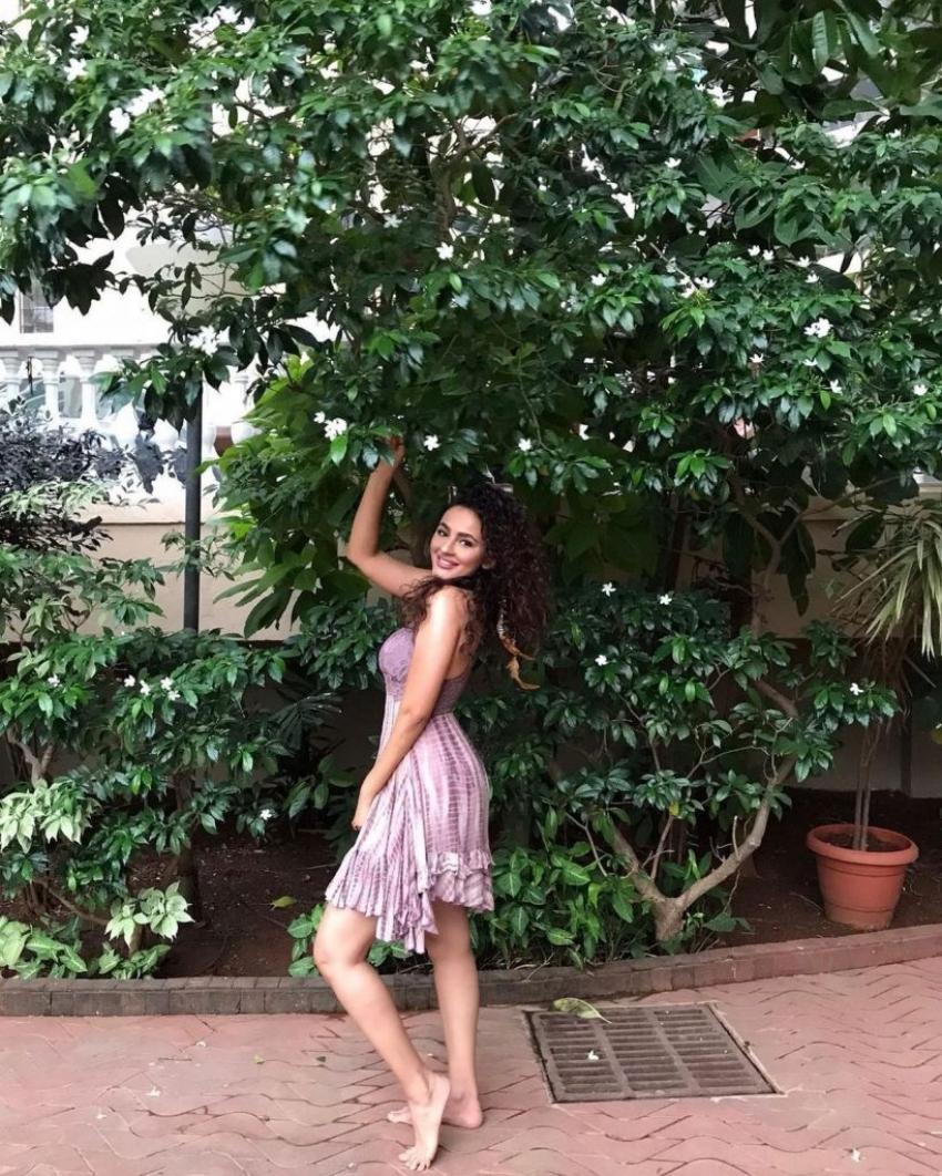 సీరత్ కపూర్ హాట్ గ్లామరస్ ఫొటోస్.. రింగుల జుట్టుతోనే పడేస్తోంది