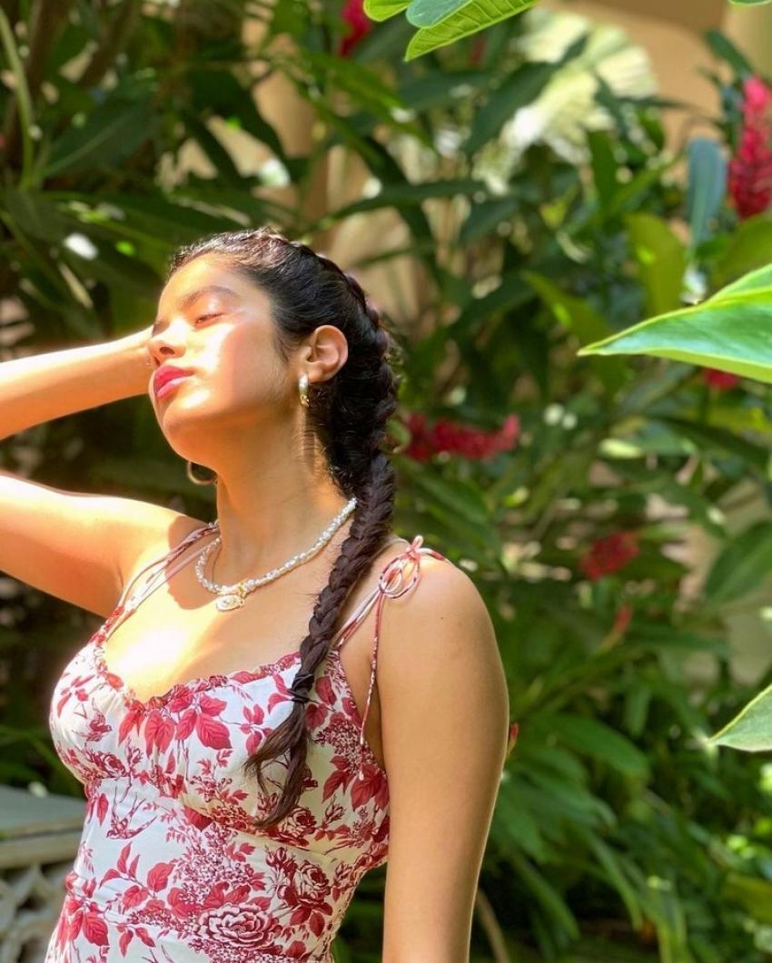 మరోసారి క్లివేజ్ షోతో హద్దులు దాటేసి జాన్వీ కపూర్.. హాట్ ఫొటోస్