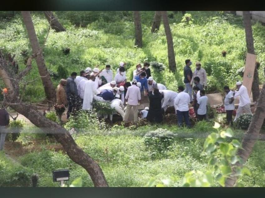 दिलीप कुमार के अंतिम संस्कार की शोकग्रस्त तस्वीरें