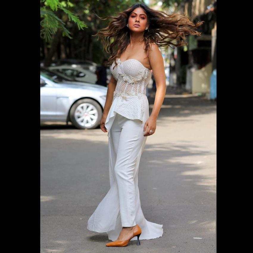 निया शर्मा ने फिर बिकिनी पहन , रेत में बढ़ाया तापमान, देखिए Photo
